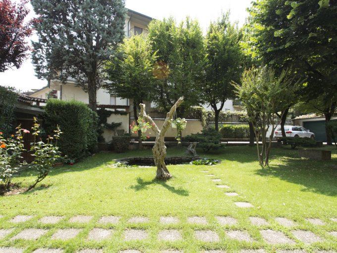 Caravaggio: centro storico, villa con giardino privato, terrazzi e box