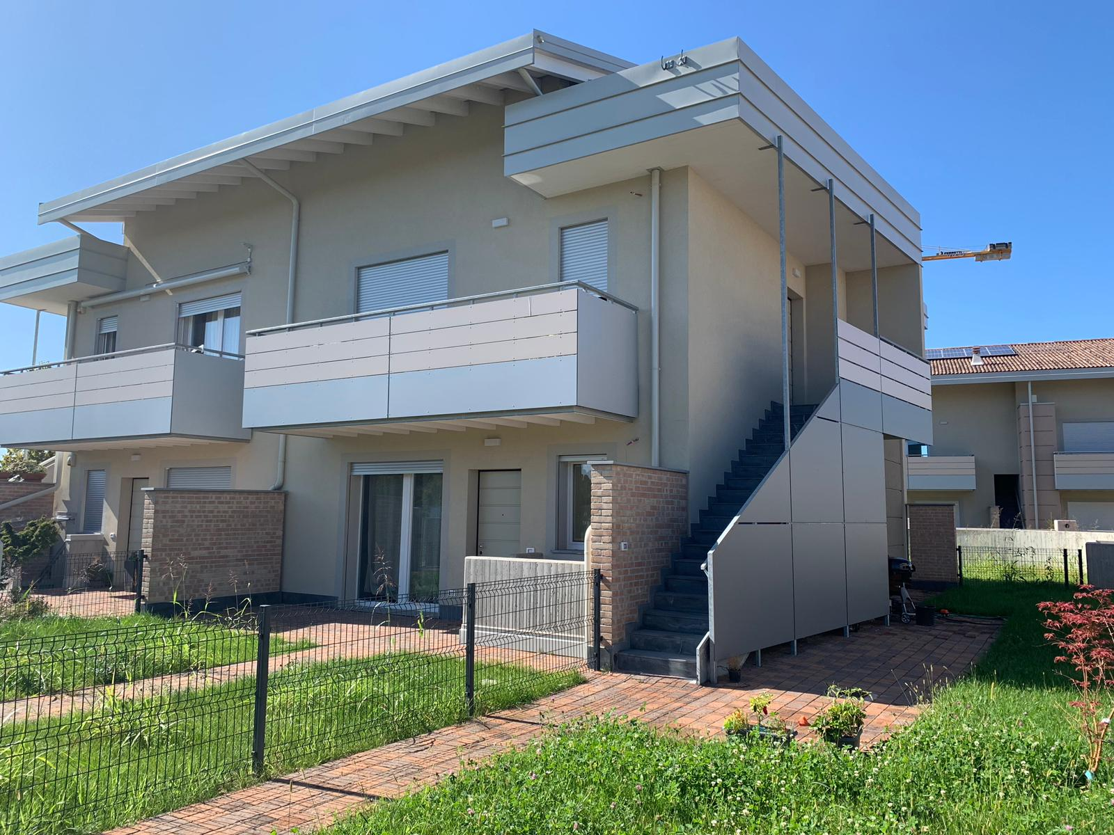 Zanica: appartamento in villa con giardino e box