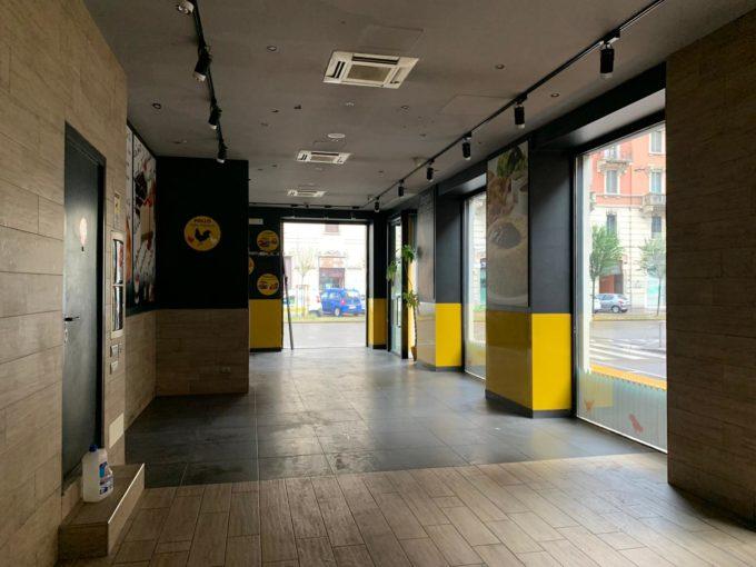 MM Rovereto: negozio 8 vetrine con canna fumaria
