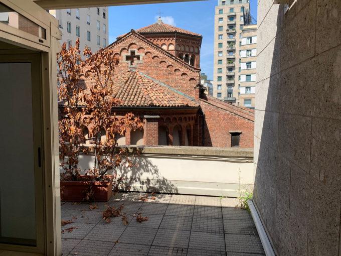 San Babila: appartamento con terrazzino sulla chiesa